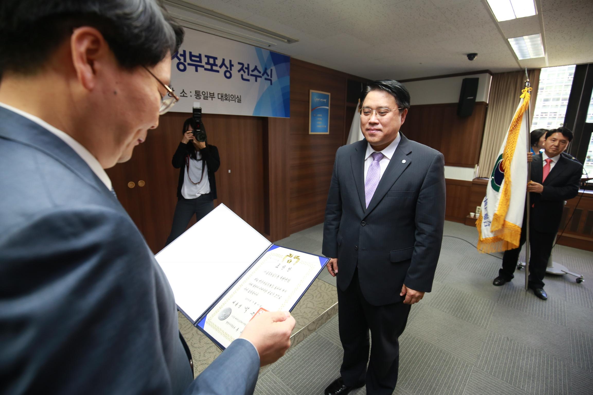8. 표창 수여받는 송광석 회장.jpg