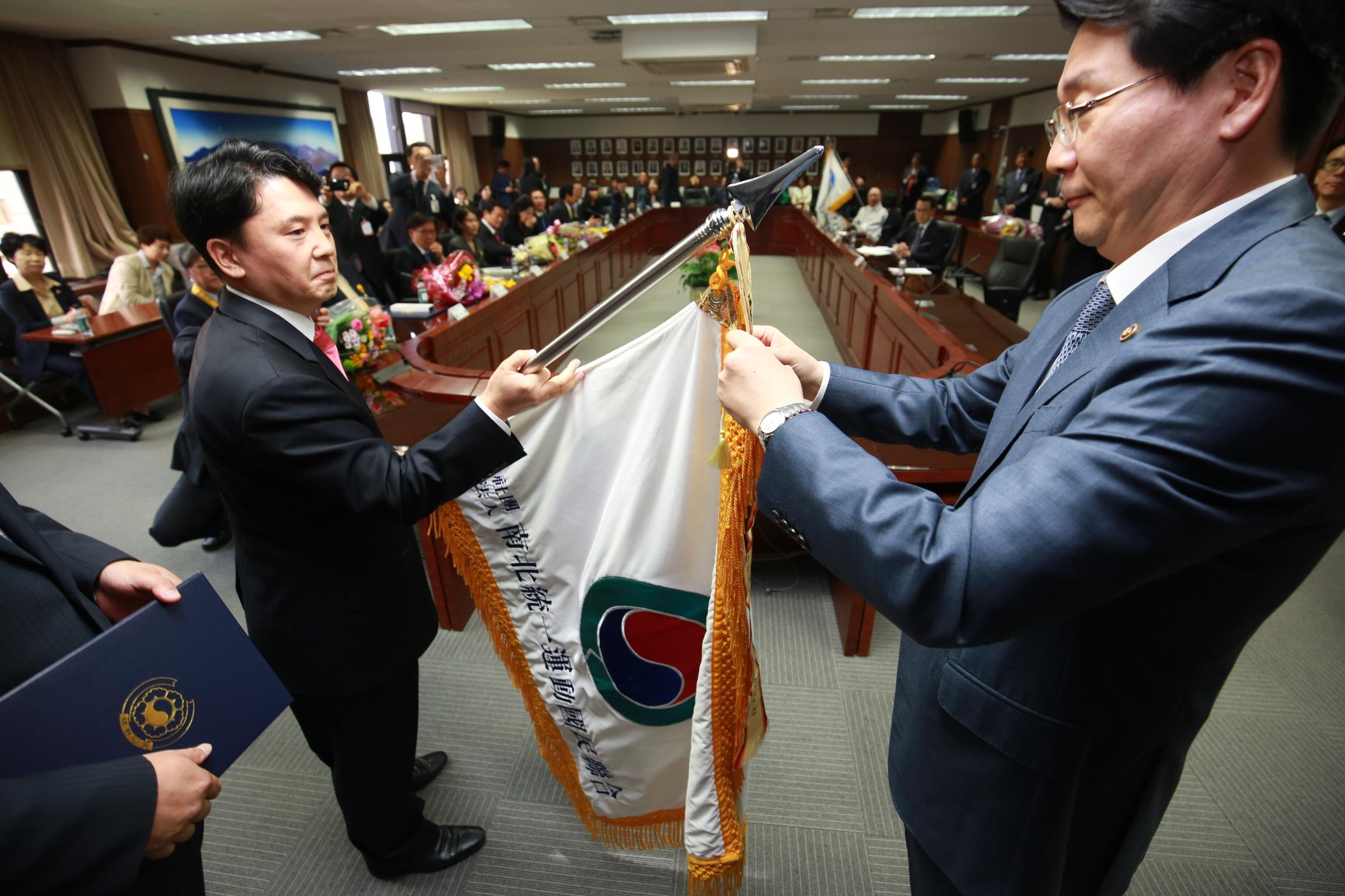 5. 대통령 휘장 단체기 전수식.jpg